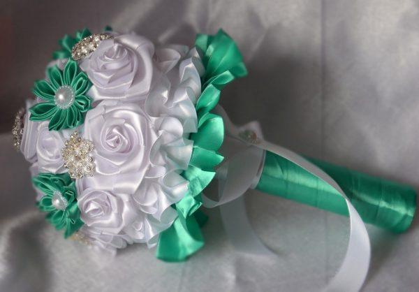 Бело-зелёный букет из лент