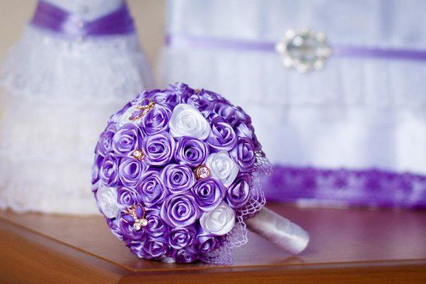 Букет из атласных лент в фиолетовом цвете