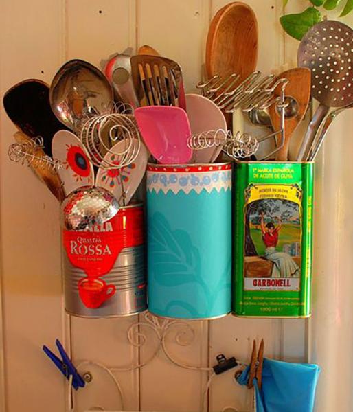 Самодельное кухонное приспособление из ярких консервных банок