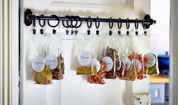 Пакеты с приправами на двери кухни