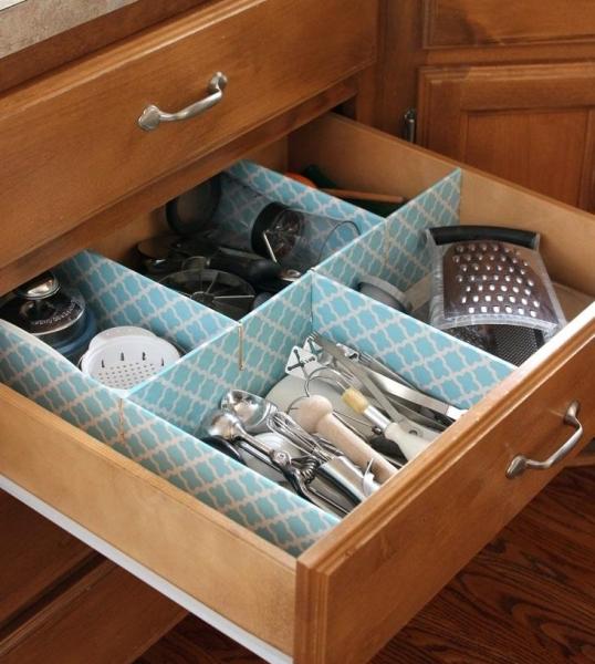 Картонный органайзер для столовых приборов в кухонном ящике