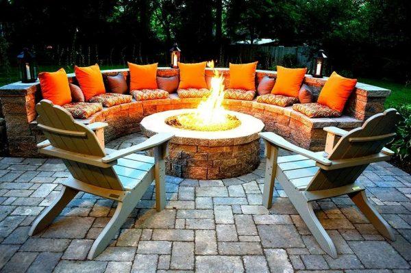Лавочки и стулья вокруг огня на даче