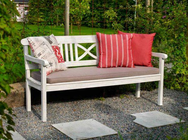скамейка с подушками на даче