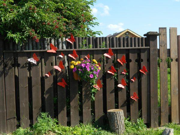 Декоративные бабочки на заборе