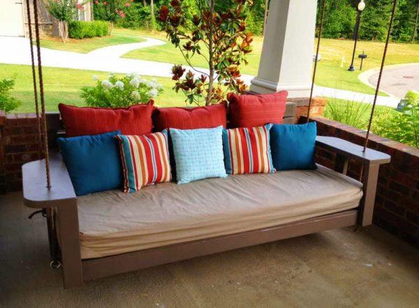 Качели с подушками на даче