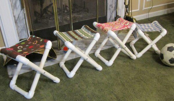 Небольшие стулья из пластиковых труб