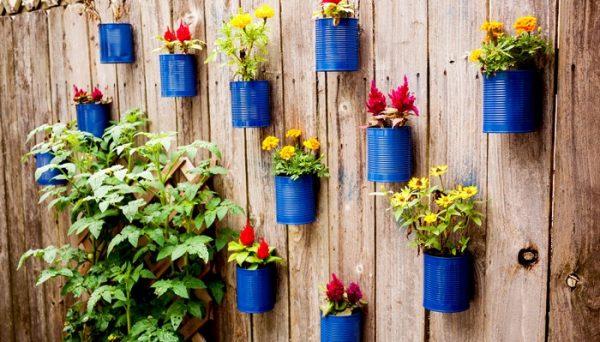 Горшки для цветов на заборе