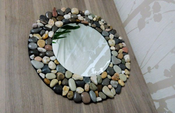Декор зеркала морскими камушками
