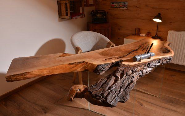 Рабочий стол из дерева