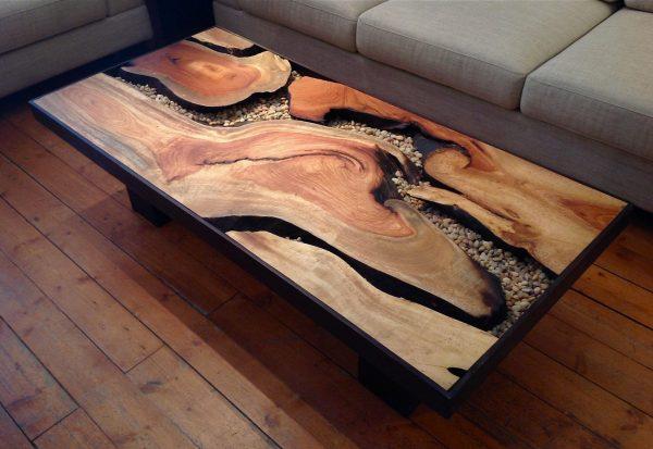 столик из дерева и камней