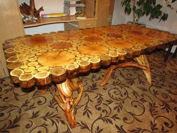 Стол на ножках из дерева