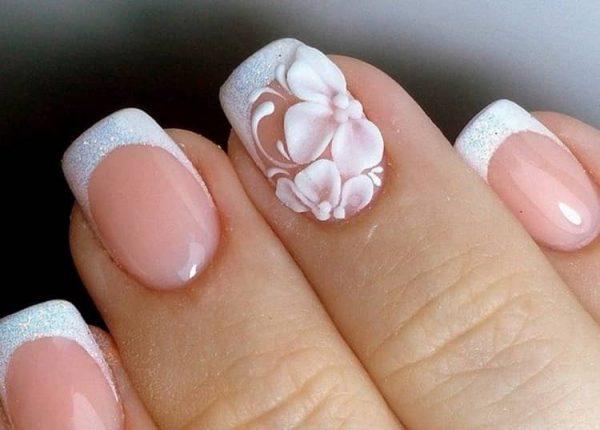 Нежные цветы в свадебном маникюре