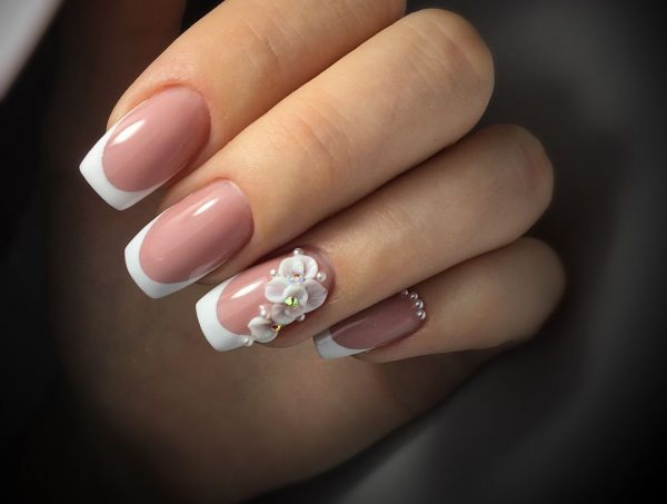 Лепка на ногте в свадебном маникюре