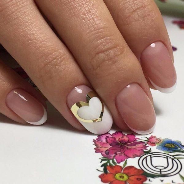 Сердечко в виде наклейки на ногте