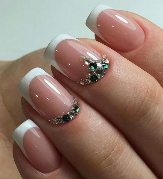 Красивые стразы у основания ногтей