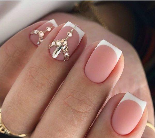 Интересный узор из страз и бусин на ногтях