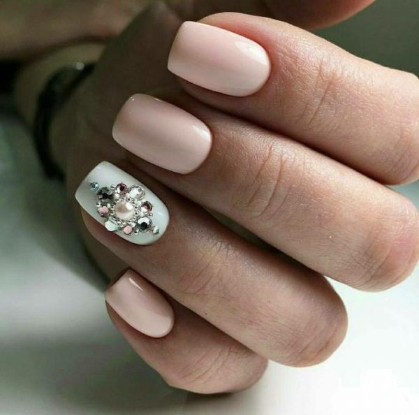 Ногти с украшением из страз