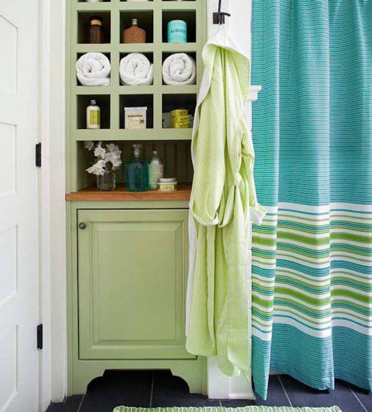 Небольшой шкаф в нише для полотенец