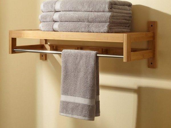 Небольшая деревянная полка для полотенец