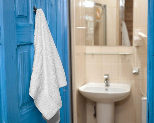 Полотенце на двери ванной