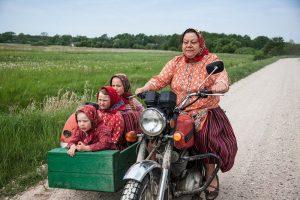 Бабушка с внучками на мотоцикле