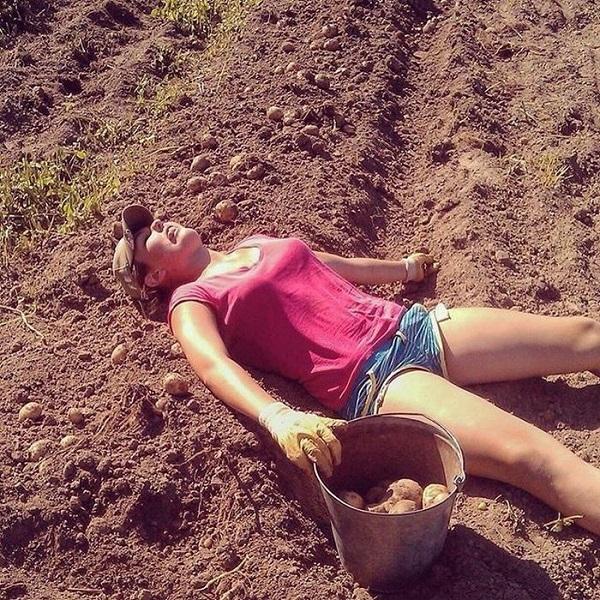 Женщина спит на поле