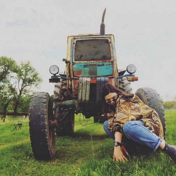 Девушка возле трактора
