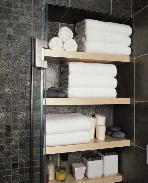Ниша в стене с полками для полотенец