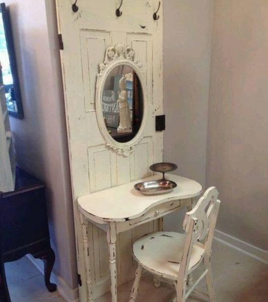 Туалетный столик из деревянной двери