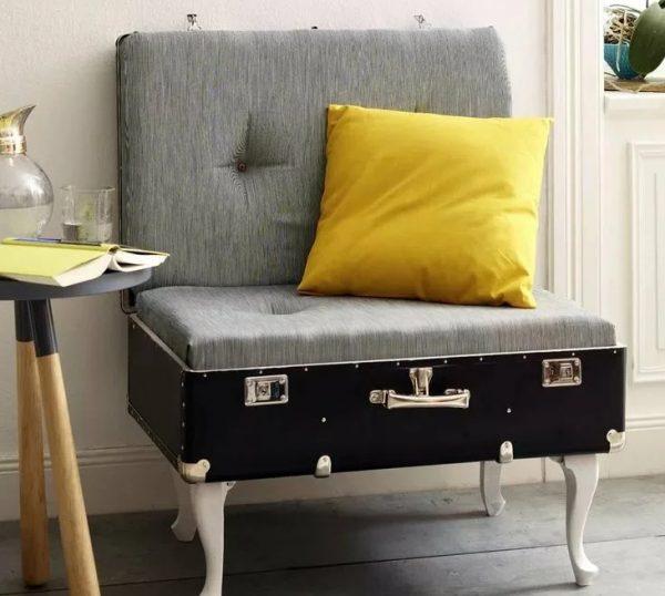 Уютное небольшое кресло из старого чемодана