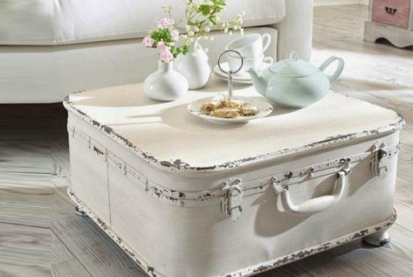 Журнальный столик из старого чемодана