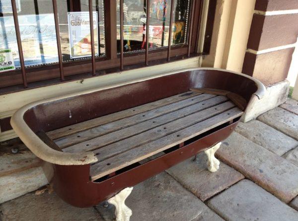 Скамейка из старой ванны