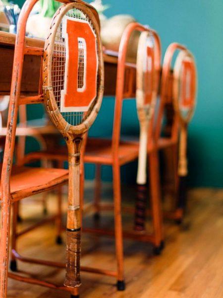 Декор стульев теннисными ракетками