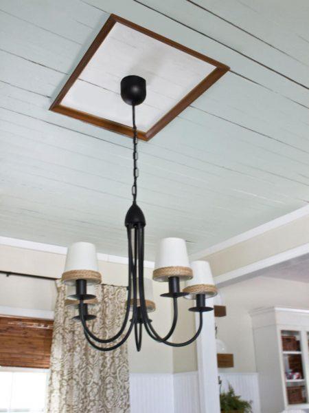 Обрамление люстры на потолке