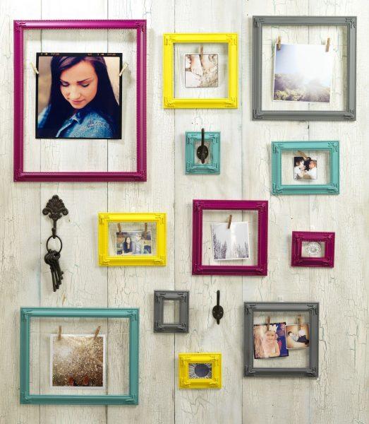 Фотографии в рамках на стене