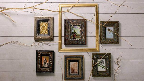 Декор стены с помощью рамок и фото