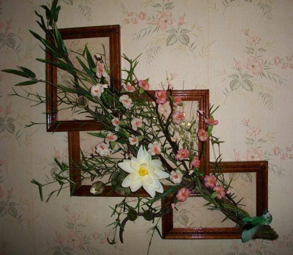 Композиция из рамок и искусственных цветов