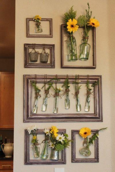 Композиция из рамок и цветов на стене