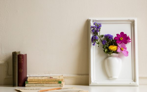 Цветы в вазе в рамке