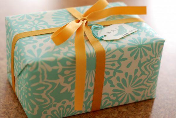 Упаковка подарка из обоев