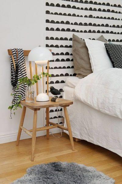 декор зоны кровати обоями