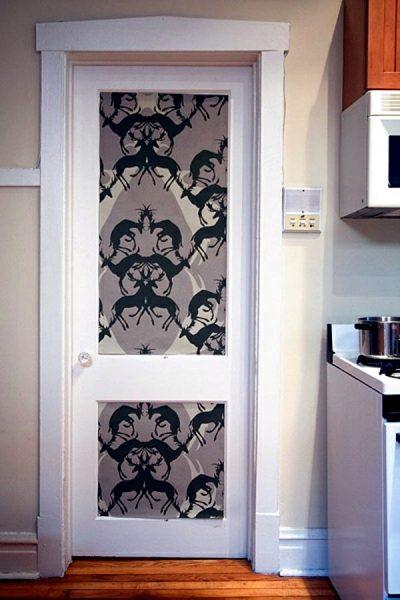 Украшение двери обоями