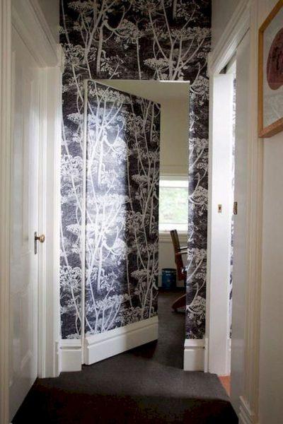 Украшение межкомнатной двери обоями