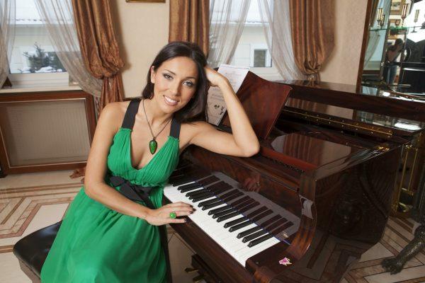 Алсу за пианино