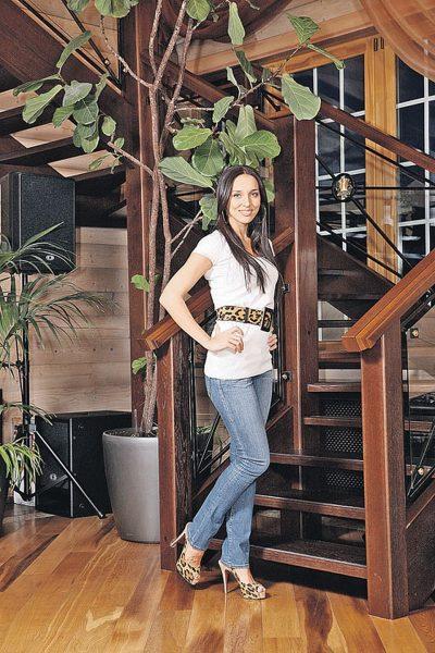 Певица Алсу перед лестницей в коттедже в Подмосковье