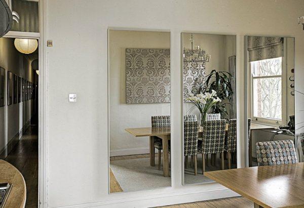 Зеркало напротив обеденной зоны в гостиной