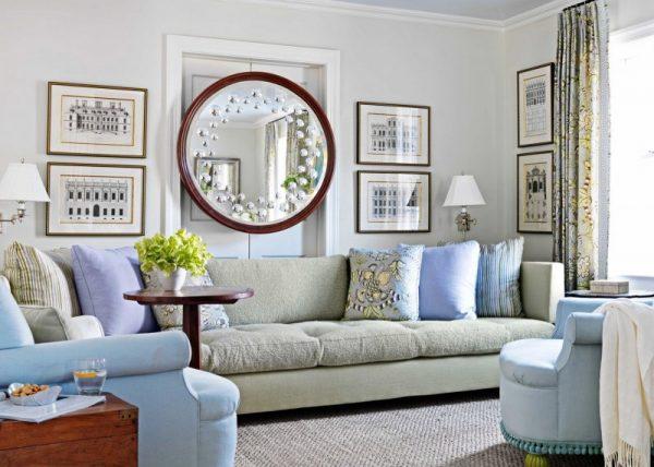 Круглое зеркало над диваном