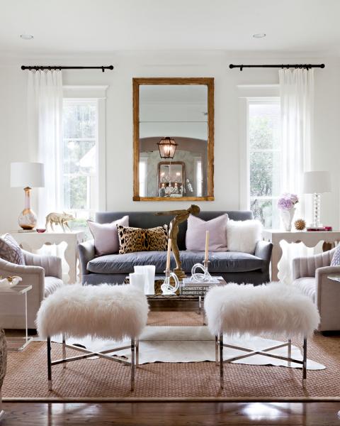 Вытянутое зеркало над диваном