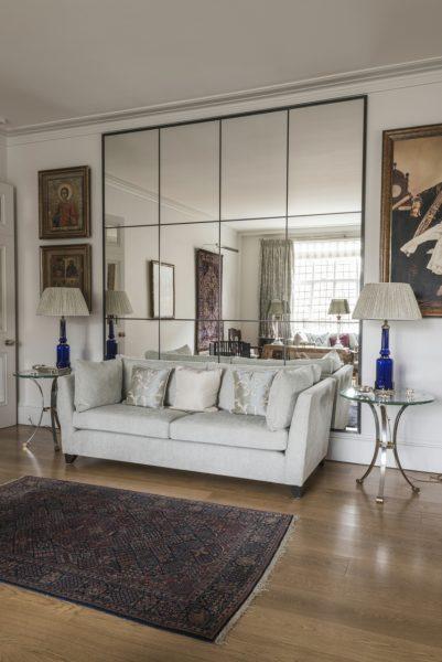 Зеркальная поверхность около дивана