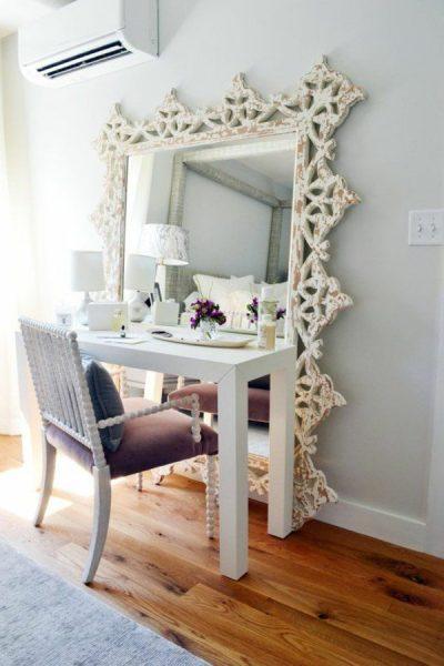 Большое зеркало и стол